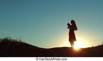 femme, style de vie, silute, chouchou, nature., chien, silhouette., concept, coucher soleil, sunlight., petit, girl, jouer, amitié, ascenseurs, homme
