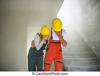 femme, suffocating, ouvriers, site., construction, homme