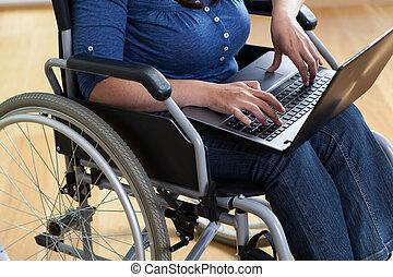 femme, sur, a, fauteuil roulant, à, ordinateur portable