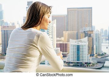 femme, sur, a, highrise, balcon