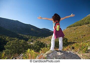 femme, sur, croix, bras, vallée, ouvert