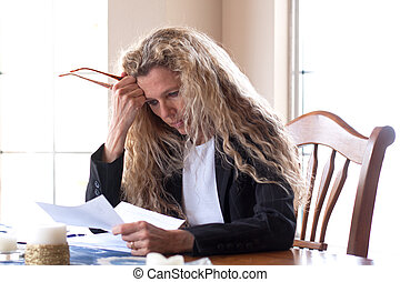 femme, sur, factures, inquiété