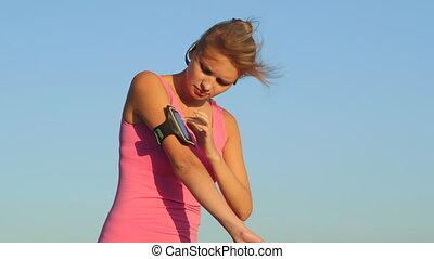 femme, téléphone, écran, dehors, jeune, bande, toucher, fitness, sport, bras, exercice, avant