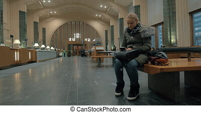 femme, téléphone, attente, station, utilisation, salle, intelligent
