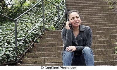 femme, téléphone, mobile, haut, personne, extérieur, appeler, promenades, étapes, escalier