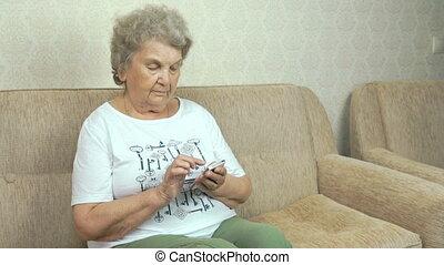 femme, téléphone portable, adulte, tenue, maison
