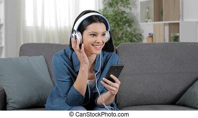 femme, téléphone portable, musique écouter, heureux