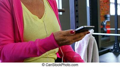 femme, téléphone portable, musique, 4k, écoute, fitness, studio, personne agee