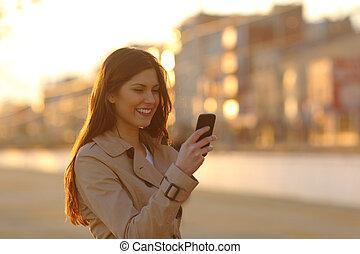 femme, téléphone, rue, coucher soleil, utilisation, intelligent