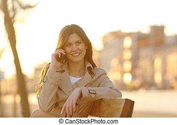 femme, téléphone, séance, conversation, coucher soleil, heureux