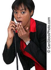 femme, téléphone, surpris