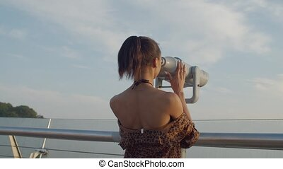 femme, télescope, touriste, regarder travers, aube