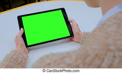 femme, tablette, écran, regarder, informatique, vert, maison