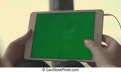femme, tablette, écran, vert, mains, utilisation, défilement, pages