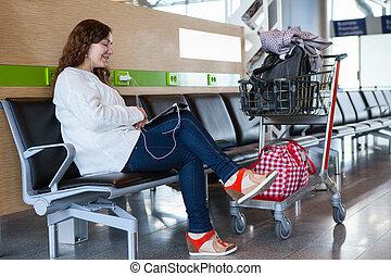 femme, tablette, bagage, dépenser, temps, salon, pc, aéroport, hand-cart
