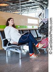 femme, tablette, bagage, rêver, salon, pc, aéroport, hand-cart