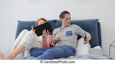femme, tablette, brouter, lit, coupé, conversation, informatique, numérique, internet, chambre à coucher, utilisation, mensonge, homme