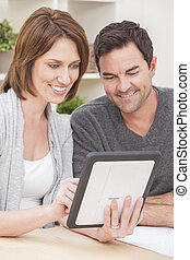 femme, tablette, &, couple, informatique, utilisation, maison, homme, heureux