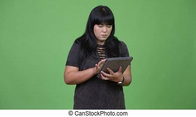 femme, tablette, excès poids, asiatique, numérique, utilisation, heureux