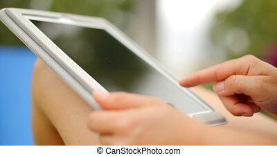 femme, tablette, haut, quoique, mains, fin, utilisation