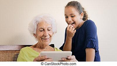 femme, tablette, informatique, petit-enfant, internet, personne agee