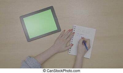 femme, tablette, liste, sommet, bloc-notes, écriture, pc, planification, vert, mains, écran, vue