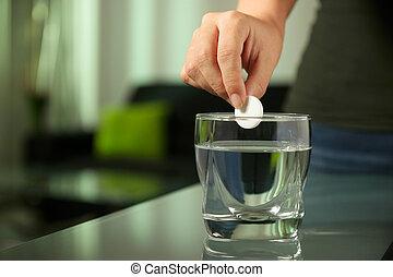 femme, tablette, met, arrosez verre, malade, effervescent, aspirine