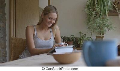 femme, tablette, numérique, jeune, utilisation, maison