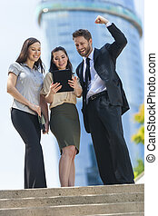 femme, tablette, ordinateur gestion, homme, équipe, ville, utilisation