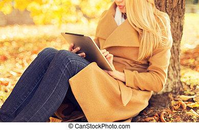 femme, tablette, parc, jeune, automne, pc