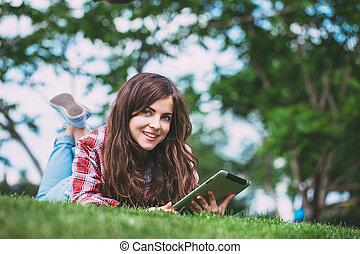 femme, tablette, park., herbe verte, mensonge