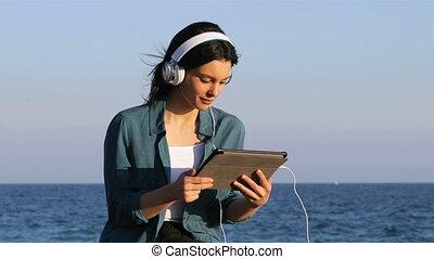 femme, tablette, regarder, média, écoute, heureux