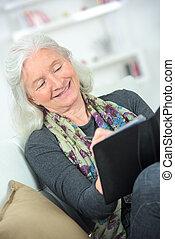 femme, tablette, retraite, utilisation, maison, personne agee