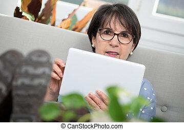 femme, tablette, séance, sofa, brunette, mûrir, numérique, utilisation