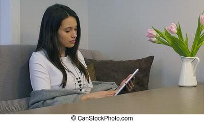 femme, tablette, séance, sofa, jeune, utilisation, table, fleurs, électronique
