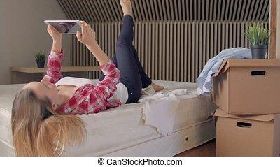 femme, tablette, utilisation, numérique, lit, boîtes, maison, instead, déballage, nouveau, mensonge, vêtements