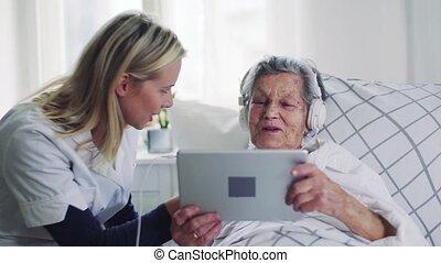 femme, tablette, visiteur, écouteurs, lit, santé, malade, personne agee, home.