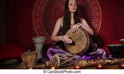 femme, tambour, jouer, jeune