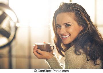 femme, tasse, jeune, boisson chaude, portrait, heureux