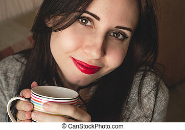 femme, tasse, thé, chandail, tient, jeune, chaud, joli