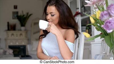 femme, tasse, thé, séduisant, gracieux, boire