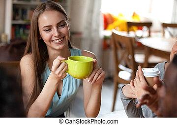 femme, tasse, thé, tient, séduisant, séance, café, amis