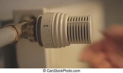 femme, température, ajustement, radiator., main, thermostat
