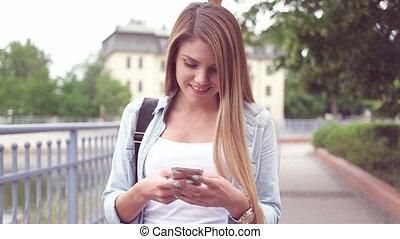 femme, texting, jeune, heureux