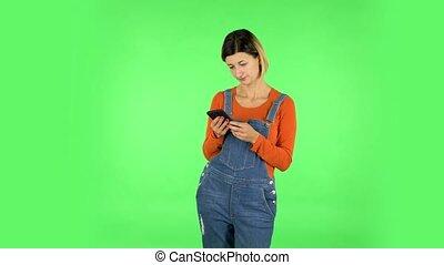 femme, texting, vert, écran, téléphone., elle