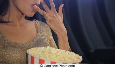 femme, théâtre, met, elle, film, doigts, pop-corn