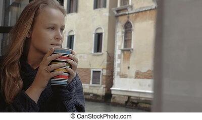 femme, thé, chaud, dehors, apprécier, vue
