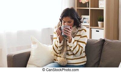 femme, thé, jeune, chaud, malade, maison, boire, écharpe