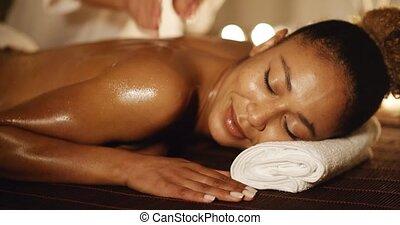 femme, thérapie, massage dorsal, avoir