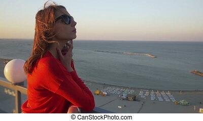 femme, toit, jeune, océan, nostalgique, vue